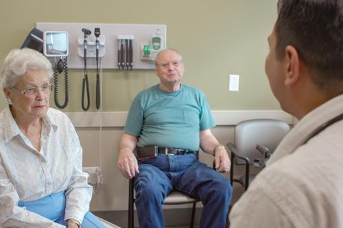 Paciente y cónyuge con proveedor de Cuidados Paliativos